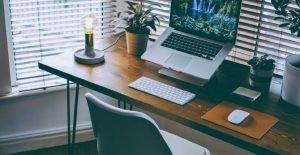 Home Office com apoio ergonômico para notebook
