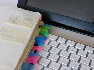 Canetas e post its coloridos ajudam na organização de portadores do TDAH