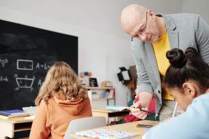 Professores precisam trazer esses alunos para perto deles, criar recursos e avaliações orais.